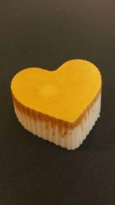 Goudkleurige en oranje geitenmelkzeep met honing